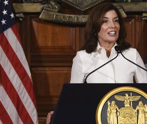 Kathy Hochul diventa la prima governatrice femminile di New York